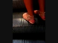 Schoene Sandalen auf der Rolltreppe - Feet on an Escalator