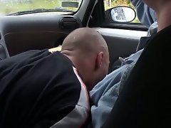 Horny dude gets a blowjob in the car
