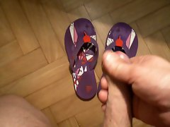 BRANLE SUR LES TONGS DE MA FEMME CUM ON Dirty wife FLIP FLOP
